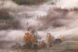 Górska wioska w chmurach mgła i dym w jesień ranku - 180414643