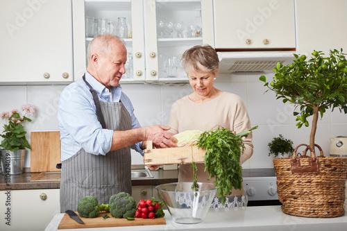 Plakat Starsza para gotuje wpólnie w kuchni