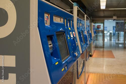 Photo Estacion de metro con taquillas y vagón en el aeropuerto de Barajas Madrid T4 Es