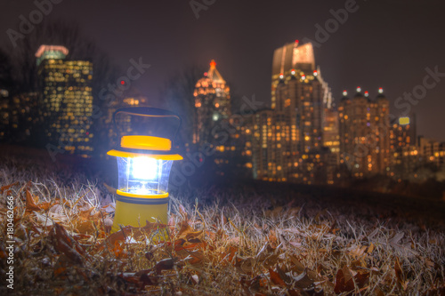 Plakat Świecąca latarniowa pozycja na ziemi Piemoncie Parkują na tle środek miasta Atlanta przy półmrokiem