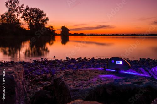 Photo Wildcampen im Wohnwagen an einem wunderschönen See mit Aussicht auf einen atembe