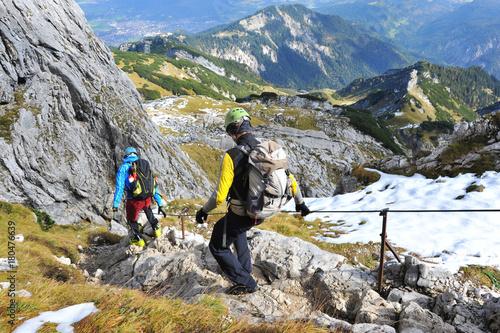 Bergsteiger auf dem Abstieg vom Gipfel über einen Klettersteig am Alpspitz, Baye Wallpaper Mural