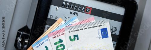 Fotografia, Obraz  Stromzähler mit Geldscheinen im Vordergrund