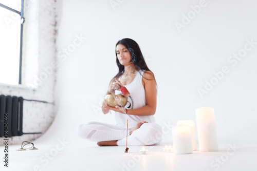 Cuadros en Lienzo girl the yogi plays on the Tibetan singing bowl