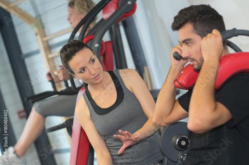 Plakat mężczyzna i kobieta rozmawia w sali gimnastycznej