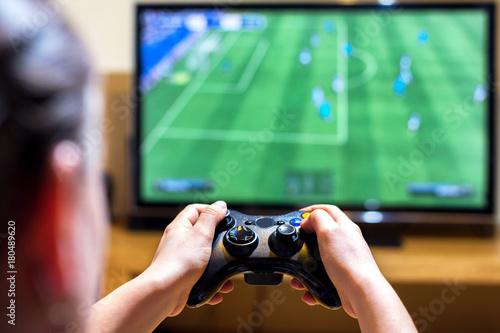 Zdjęcie XXL Zakończenie kobieta wręcza trzymać joysticka kontrolera podczas gdy bawić się wideo gry w domu, wąska głębia pole na rękach