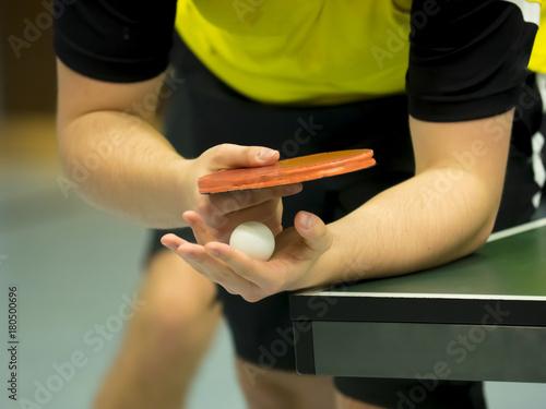 Láminas  table tennis player serving, closeup