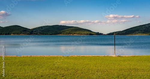 Plakat Spokojna przyroda z jeziorem i lasem