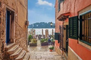 Romantyczna Rovinj ulica z dennym widokiem. Idylliczna ulica z starymi domami w miasteczku Rovinj, Istria, Chorwacja