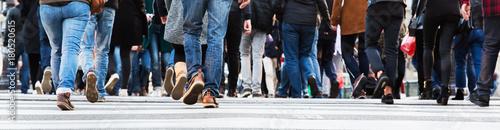 Foto crowds of people in motion blur crossing a city street