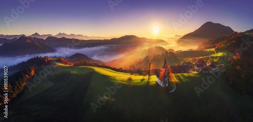 powietrzny-wschodu-slonca-widok-swietego-tomas-kosciol-slovenia-jesien-krajobraz