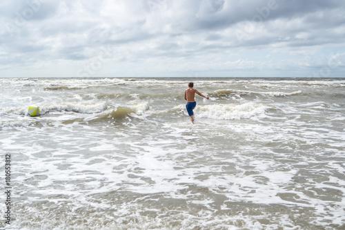Spoed Foto op Canvas Noordzee Junge springt in die Wellen