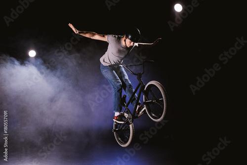 Photo bmx cyclist performing stunt