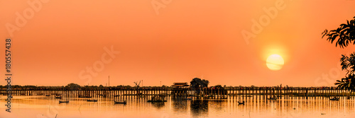 Photo The silhouette of U Bein Bridge, the oldest and longest teakwood bridge in the w
