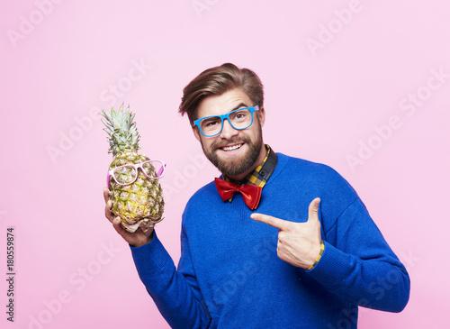 smieszny-mezczyzna-pozuje-z-ananasem