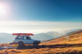 Samochód SUV na szlaku górskim - 180565038