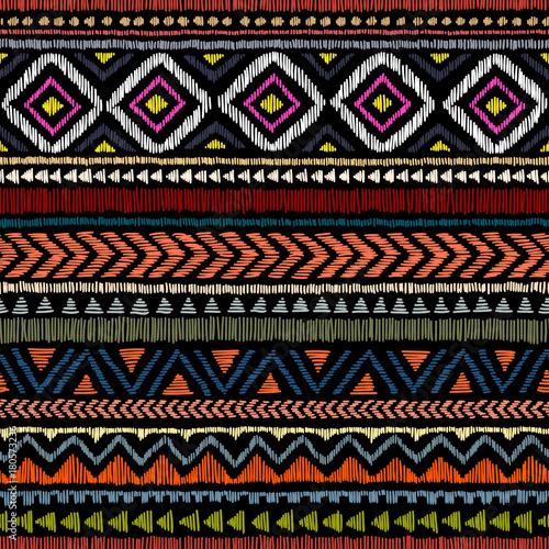haftowany-etniczny-bezszwowy-wzor-motywy-azteckie-i-plemienne-recznie-rysowane-pasiasty-ornament-drukuj-w-stylu-cyganerii