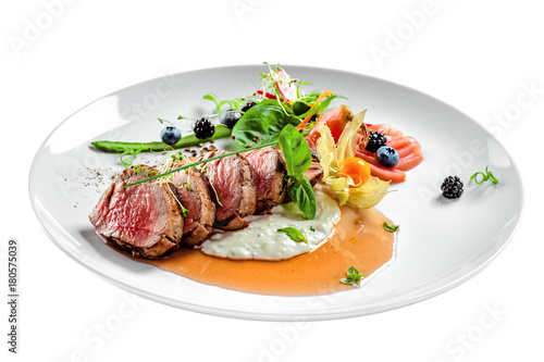 Photo Delicious medium rare meat steak with sauce and salad on a plate