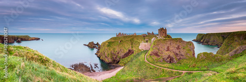 Deurstickers Kasteel Dunnottar Castle Panorama / Dunnottar Castle is a ruined medieval fortress located upon a rocky headland on the north east coast of Scotland, near Stonehaven