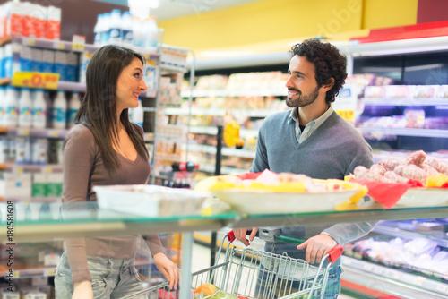 Plakat Para zakupy w sklepie spożywczym