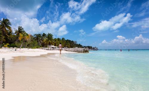 Fotografie, Obraz  Frau im weißen Bikini läuft am karibischen Traumstrand von Isla Mujeres, Mexiko