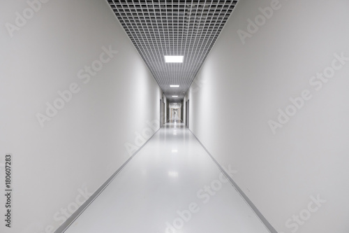 Canvas Print Long white empty corridor interior