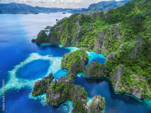 Foto  Coron, Palawan, Philippines, aerial view of beautiful lagoons and limestone cliffs