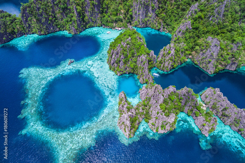 Montage in der Fensternische Luftaufnahme Coron, Palawan, Philippines, aerial view of beautiful lagoons and limestone cliffs.