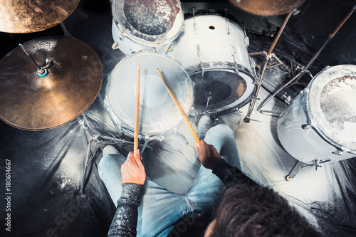 Foto Drummer rehearsing on drums before rock concert