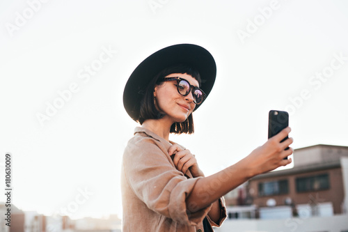 Photo Cute and pretty fashion trendy and hipster millennial woman or girl makes selfie