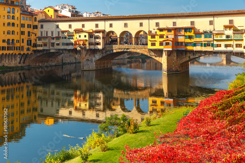Photo River Arno and famous bridge Ponte Vecchio in the sunny morning in Florence, Tus