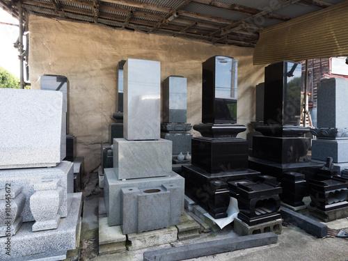 Photo 石材工場に並んだ墓石