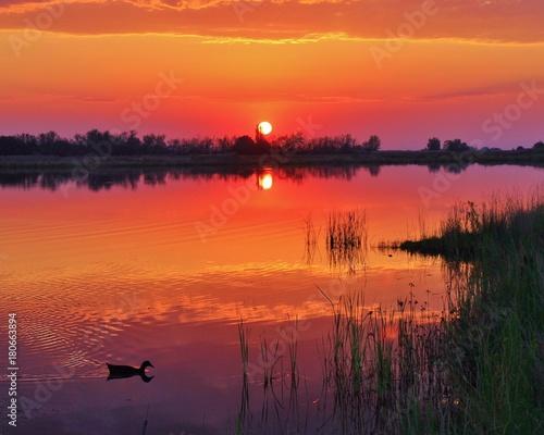 czerwony-zachod-slonca-nad-malowniczym-jeziorem