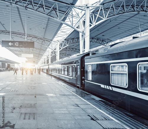 Keuken foto achterwand Spoorlijn Passengers on the railway station platform.