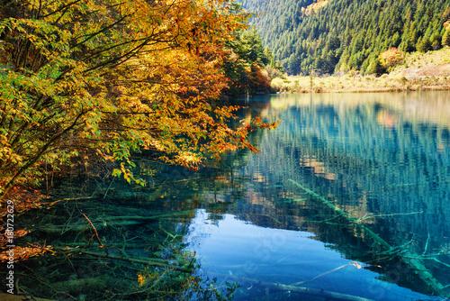 jezioro-wsrod-drzew-w-dolinie-shuzheng