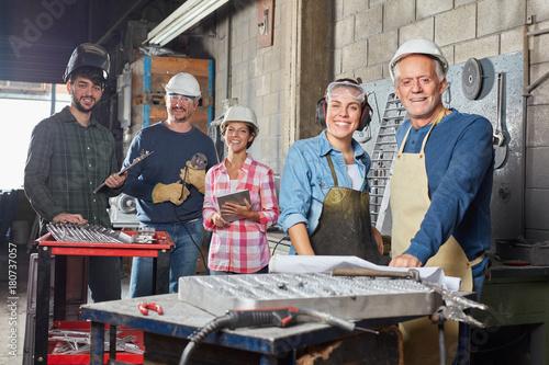 Photo Erfolgreiches Team in einem Industrie Betrieb