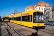 Gelbe Strassenbahn in der Stadtmitte von Dresden