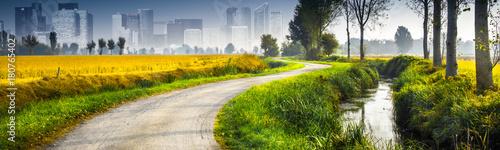 paesaggio di campagna con la città sullo sfondo Billede på lærred