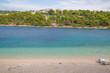 Panorama der Stadt und der idyllischen Badebucht von Primosten, Kroatien
