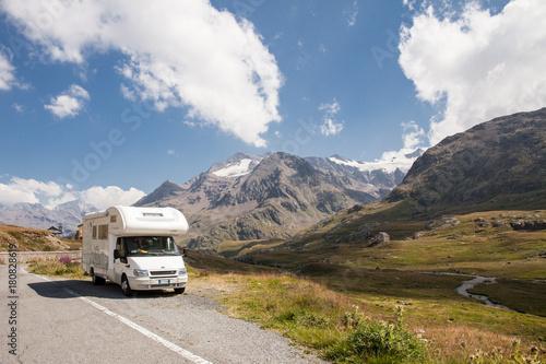 Fotografie, Obraz camper su strada in montagna