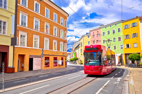 Türaufkleber London roten bus Colorful street of Innsbruck view