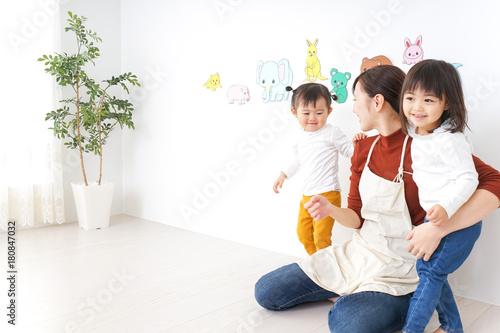 幼稚園で遊ぶ子ども Wallpaper Mural
