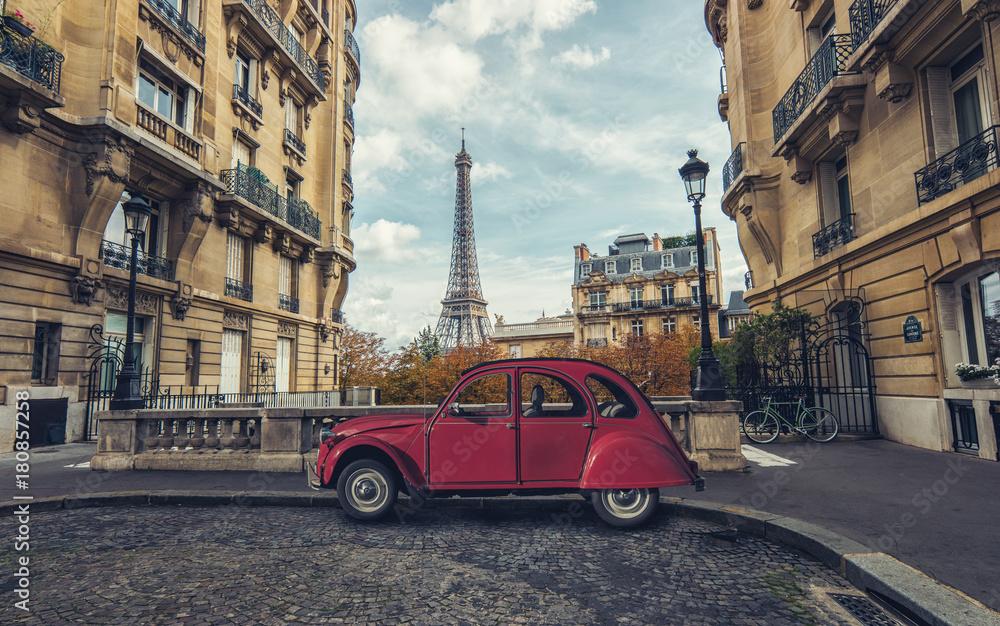 Aleja De Camoens w Paryż z czerwonym retro samochodem