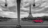 Wieża Eiffla z rocznika samochodu w Paryżu, widziany spod mostu Bir Hakeim - 180857227