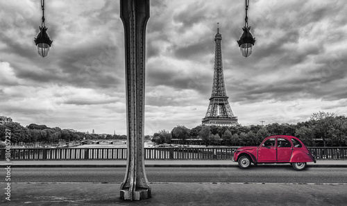Foto op Plexiglas Eiffeltoren Eiffel Tower with vintage Car in Paris, seen from under the Bir Hakeim Bridge