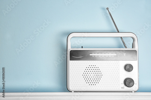 Cuadros en Lienzo Retro radio on table