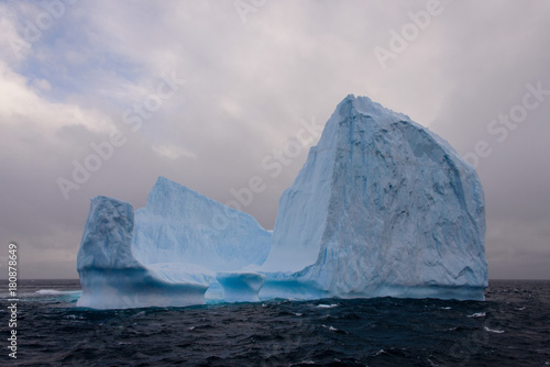 La pose en embrasure Antarctique Iceberg