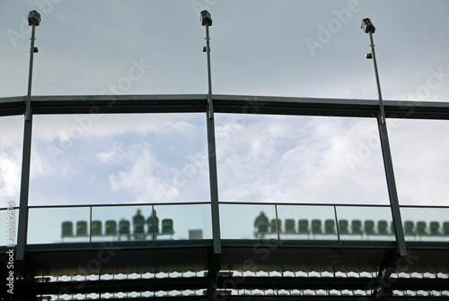 Spoed Foto op Canvas Stadion Blick aus der Froschperspektive auf die letzte Sitzreihe in einem stadionförmigen Aufbau
