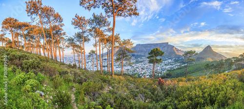 Obraz Panorama Aufnahme von Kapstadt mit Tafelberg vom Signal Hill in der Abenddämmerung mit beleuchteter City fotografiert in Südafrika im September 2013 - fototapety do salonu