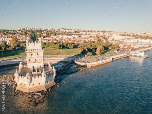 Zdjęcie XXL Widok z lotu ptaka na Belem góruje podczas zmierzchu w Lisbon, Portugalia. Niesamowita scena w Lisboa.